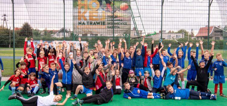 Setki młodych hokeistów na trawie grały w specjalnym cyklu turniejów